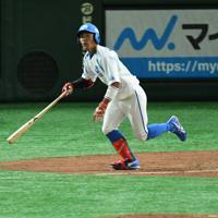【高松市(JR四国)-神戸市・高砂市(三菱重工神戸・高砂)】三回表高松市1死、水野がソロ本塁打を放って勝ち越し。右は打球の行方を見つめる神戸市・高砂市先発の守安=東京ドームで2019年7月19日、丸山博撮影