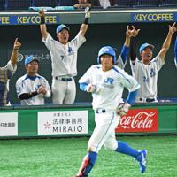 【高松市(JR四国)-神戸市・高砂市(三菱重工神戸・高砂)】四回表高松市、北尾(手前)の本塁打で盛り上がる高松市ベンチ=東京ドームで2019年7月19日、丸山博撮影