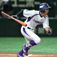 【東京都(JR東日本)-浜松市(ヤマハ)】一回裏浜松市無死、先頭打者の青柳が中前打を放つ=東京ドームで2019年7月19日、丸山博撮影