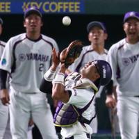 【東京都(JR東日本)-浜松市(ヤマハ)】二回表東京都2死、小室の飛球を捕手・川辺が好捕。ベンチの選手らも必死に声をかける=東京ドームで2019年7月19日、吉田航太撮影