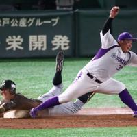 【東京都(JR東日本)-浜松市(ヤマハ)】四回表東京都1死、東條が内野安打を放ち一塁へ滑り込む(野手・藤岡)=東京ドームで2019年7月19日、吉田航太撮影