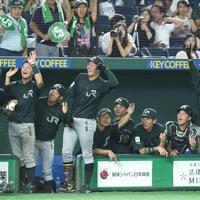 【東京都(JR東日本)-浜松市(ヤマハ)】八回表東京都1死一塁、左越え2点本塁打を放った丸子(左)を迎えて盛り上がる東京都ベンチ=東京ドームで2019年7月19日、丸山博撮影