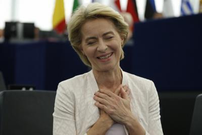欧州議会で僅差で承認され、ほっとした表情を浮かべるフォンデアライエン氏=仏ストラスブールで16日、AP