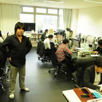 「お金を稼ぎながら、とがったこともできる組織にしたい」と話すTRIARTの今津研太郎社長(左手前)=福岡県飯塚市で