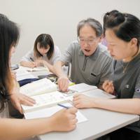 松戸自主夜間中学のスタッフから日本語を学ぶ中国籍の生徒たち=千葉県松戸市で、堀智行撮影