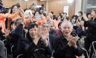 「当選確実」の知らせを受け、喜びに沸く支持者ら=新潟市中央区で2017年10月22日、南茂芽育撮影