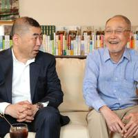 「流転の海」について話す桂南光さん(左)と作家の宮本輝さん=兵庫県伊丹市で