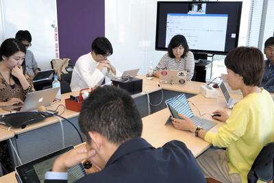 オンライン会議で仕事の進行状況を発表する依田さん(右から2人目)。イントラネットでの情報共有が、柔軟な働き方に役立っているという=東京都千代田区のヤフー本社で、野村房代撮影