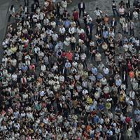 参院選投票前日に候補者や政党党首の訴えを聞く大勢の有権者たち=東京都千代田区で2019年7月20日午後6時10分、本社ヘリから宮本明登撮影(画像の一部を加工しています)