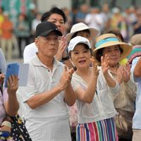 参院選投票前日、候補者の訴えに拍手する人たち=那覇市で2019年7月20日午後6時13分、津村豊和撮影