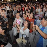 最後の街頭演説をする候補者に声援を送る支持者ら=福岡市中央区で2019年7月20日午後7時48分、森園道子撮影