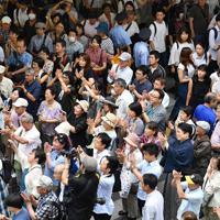 候補者らの訴えに耳を傾ける有権者=大阪市北区で2019年7月20日午後4時19分、猪飼健史撮影(画像の一部を加工しています)