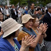 選挙戦最終日の候補者の演説に拍手する有権者=札幌市中央区で2019年7月20日午後4時53分、竹内幹撮影