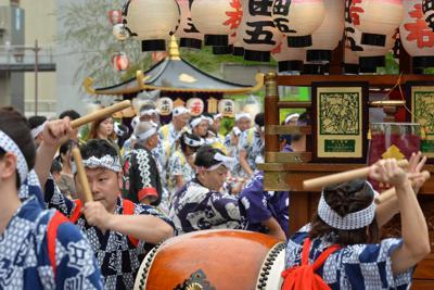 大勢の人たちが参加した小倉祇園太鼓の競演大会=北九州市小倉北区で2019年7月20日午後4時37分、金澤稔撮影