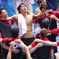 競泳種目が始まるのを前に、本番プール前で円陣を組む中村克(中央左)、入江陵介(左から2人目)ら日本の選手たち=韓国・光州で2019年7月20日、宮武祐希撮影