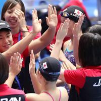 競泳種目が始まるのを前に、本番プール前でハイタッチする瀬戸大也(左)ら日本の選手たち=韓国・光州で2019年7月20日、宮武祐希撮影