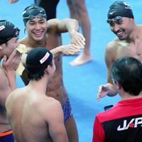 競泳種目が始まるのを前に、本番プール前で笑顔を見せる塩浦慎理(右)、中村克(中央左)ら日本の選手たち=韓国・光州で2019年7月20日、宮武祐希撮影
