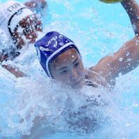 水球女子13~16位決定戦のキューバ戦の第2ピリオド、ゴールを決める野呂美咲季=韓国・光州で2019年7月20日、宮武祐希撮影