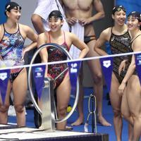 競泳種目が始まるのを前に、本番プールでの練習中に笑顔を見せる(左から)五十嵐千尋、白井璃緒、佐藤綾、青木智美=韓国・光州で2019年7月20日、宮武祐希撮影