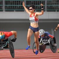 東京パラリンピックの新種目、混合ユニバーサル400メートルリレー。男女混合で障害の種類も違う選手たちが、バトンではなくタッチでリレーをつなぐ=岐阜メモリアルセンター長良川競技場で2019年7月20日、徳野仁子撮影