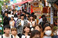 平日でも新大久保にはたくさんの若者が集まり、買い物やグルメを楽しんでいる=東京都新宿区で2019年7月18日午後5時10分、北山夏帆撮影