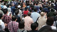 時折小雨が降る中、諸派が開いた街頭演説会に集まった人々=さいたま市大宮区で2019年7月14日午後6時37分、青木純撮影