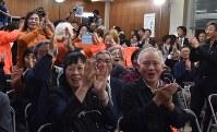 「当選確実」の知らせを受け、喜びに沸く支持者ら=新潟市中央区で2017年10月22日午後10時43分、南茂芽育撮影