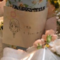 京都アニメーションのスタジオが放火された事件を受け、ファンから寄せられた花束とメッセージ=滋賀県豊郷町石畑の豊郷小学校旧校舎群で2019年7月20日午後5時、成松秋穂撮影