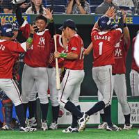 【東京都(明治安田生命)-千葉市(JFE東日本)】五回表東京都2死一、二塁、木田の先制三塁打で生還した2走者を迎える東京都ベンチ=東京ドームで2019年7月20日、矢頭智剛撮影