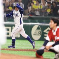 【東京都(明治安田生命)-千葉市(JFE東日本)】九回裏2死満塁、猪田がサヨナラ満塁本塁打を放ち大喜びで一塁を回る。手前は打たれた東京都の三宮=東京ドームで2019年7月20日、山本晋撮影