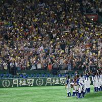 【東京都(明治安田生命)-千葉市(JFE東日本)】サヨナラ満塁本塁打で東京都に勝利し、スタンドを埋めた応援客に迎えられる千葉市の選手たち=東京ドームで2019年7月20日、吉田航太撮影