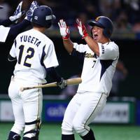 【福山市・倉敷市(JFE西日本)-東京都(鷺宮製作所)】八回裏東京都2死二、三塁、山原の左中間2点適時二塁打で三塁走者に続き二塁走者の大坂(右)が生還して喜ぶ=東京ドームで2019年7月20日、吉田航太撮影
