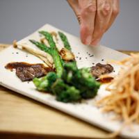 7月16日、イスラエルの新興企業が世界で初めて細胞培養によるステーキ肉の生産に成功したと発表した。この会社は、2021年までの商品化に向けて、取り扱いする世界中の高級レストランと交渉中だという。写真は6月26日、イスラエルの同社オフィスにて撮影(2019年 ロイター/Amir Cohen)