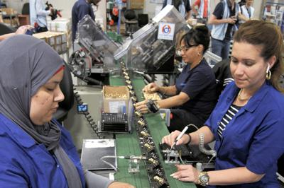 ソーダストリーム社の主力工場の製造ライン。ベドウィン女性やユダヤ人が並んで働いている