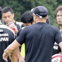 選手たちにコーチの指示を伝える佐藤さん(右端)