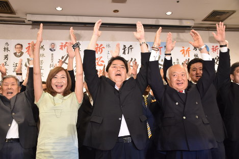 Yoshimasa Hayashi, center, of the Liberal Democratic Party, celebrates his projected win in the Yamaguchi constituency in the House of Councillors election in the city of Yamaguchi on July 21, 2019. (Mainichi/Yusuke Hiratsuka)