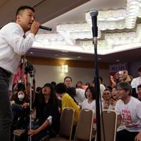 議席獲得が確実となり、支援者と喜び合うれいわ新選組の山本太郎代表(左)=東京都千代田区で2019年7月21日午後8時7分、小川昌宏撮影