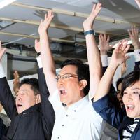当選確実となり万歳して喜ぶ杉久武氏(中央)=大阪市天王寺区で2019年7月21日午後8時22分、幾島健太郎撮影