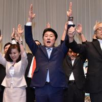 当選が確実となり万歳する松山政司氏(中央)=福岡市中央区で2019年7月21日午後8時14分、田鍋公也撮影