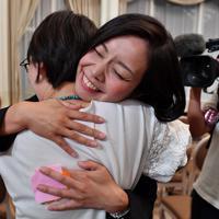 当選確実となり、支持者と抱き合って喜ぶ梅村みずほ氏=大阪市北区で2019年7月21日午後9時1分、猪飼健史撮影