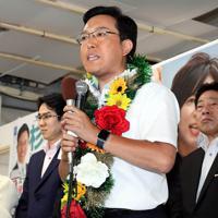 当選確実となり、支持者にあいさつする杉久武氏=大阪市天王寺区で2019年7月21日午後8時4分、幾島健太郎撮影