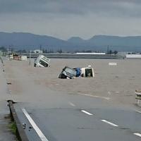 冠水した道路で水没する車両=福岡県大刀洗町で、中山裕司撮影