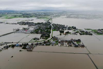 冠水した農地が広がり、島のようになった住宅地=福岡県大刀洗町で2019年7月21日午後3時52分、本社ヘリから須賀川理撮影