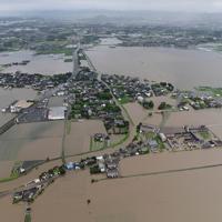 冠水した農地が広がり、島のようになった住宅地=福岡県大刀洗町で2019年7月21日午後4時11分、本社ヘリから須賀川理撮影