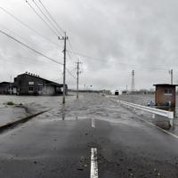 大雨の影響で田んぼの水が道路にあふれ、冠水した道路佐賀県鳥栖市藤木町で2019年7月21日午後4時2分、山口響撮影