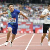 陸上ダイヤモンドリーグ第10戦の男子100メートル決勝で、日本歴代2位に並ぶ9秒98をマークして4位に入った小池祐貴(左)。右は10秒13で7位の桐生祥秀=共同