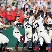 【北照―国際情報】国際情報に勝利しマウンドに集まる北照の選手たち=札幌円山球場で2019年7月21日、貝塚太一撮影