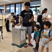 参院選で子どもを連れ1票を投じる有権者=東京都千代田区で2019年7月21日午前9時22分、竹内紀臣撮影