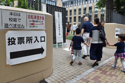参院選の投票に向かう人たち=東京都千代田区で2019年7月21日午前9時46分、竹内紀臣撮影