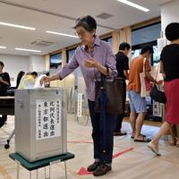 参院選で1票を投じる有権者=東京都千代田区で2019年7月21日午前9時31分、竹内紀臣撮影